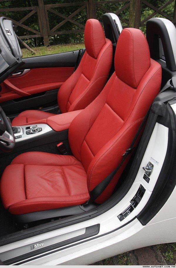大红跑车座椅的包覆性极佳